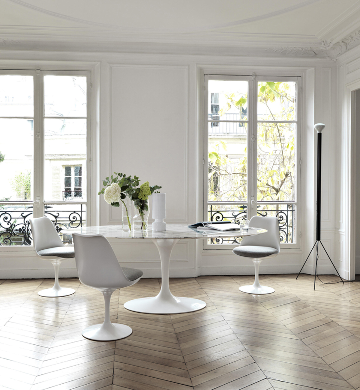 The swivel mechanism of the Tulip Chair allows you to move from sitting to standing with ease