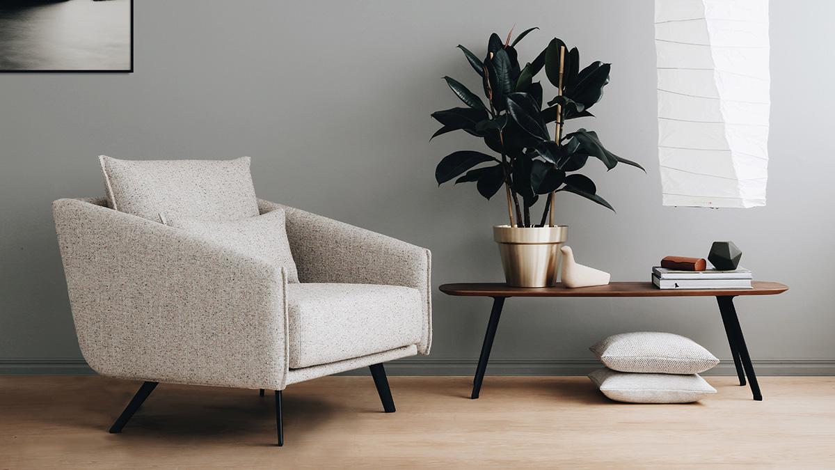 The STUA Solapa Coffee Table next to a neutral armchair