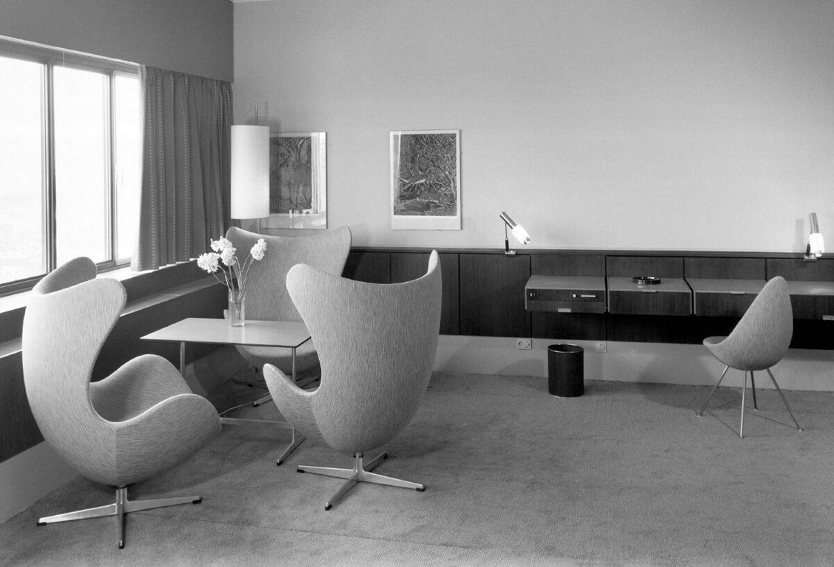Archive image of the SAS Hotel with group of Egg Chairs and Drop Chair in hotel room