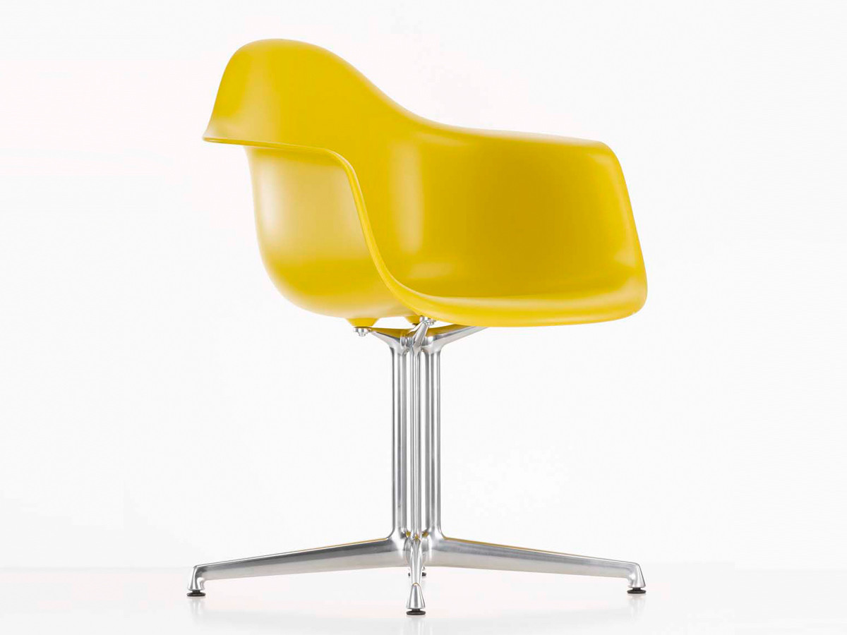 Buy the vitra dal eames plastic armchair at for Eames plastic armchair gunstig